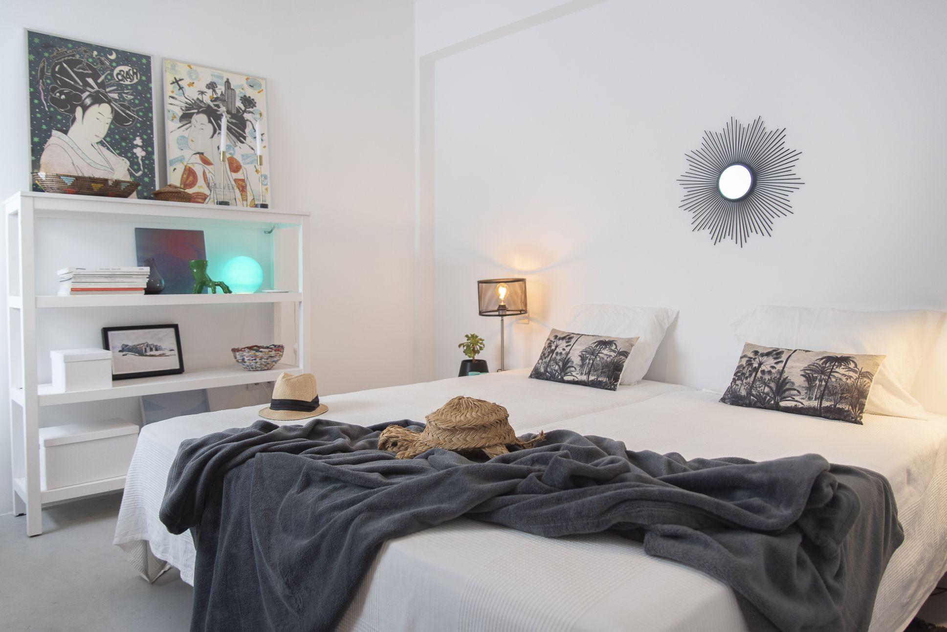 Doctor Guigou - Hotel Mencey - Habitación con vista cama y estantería