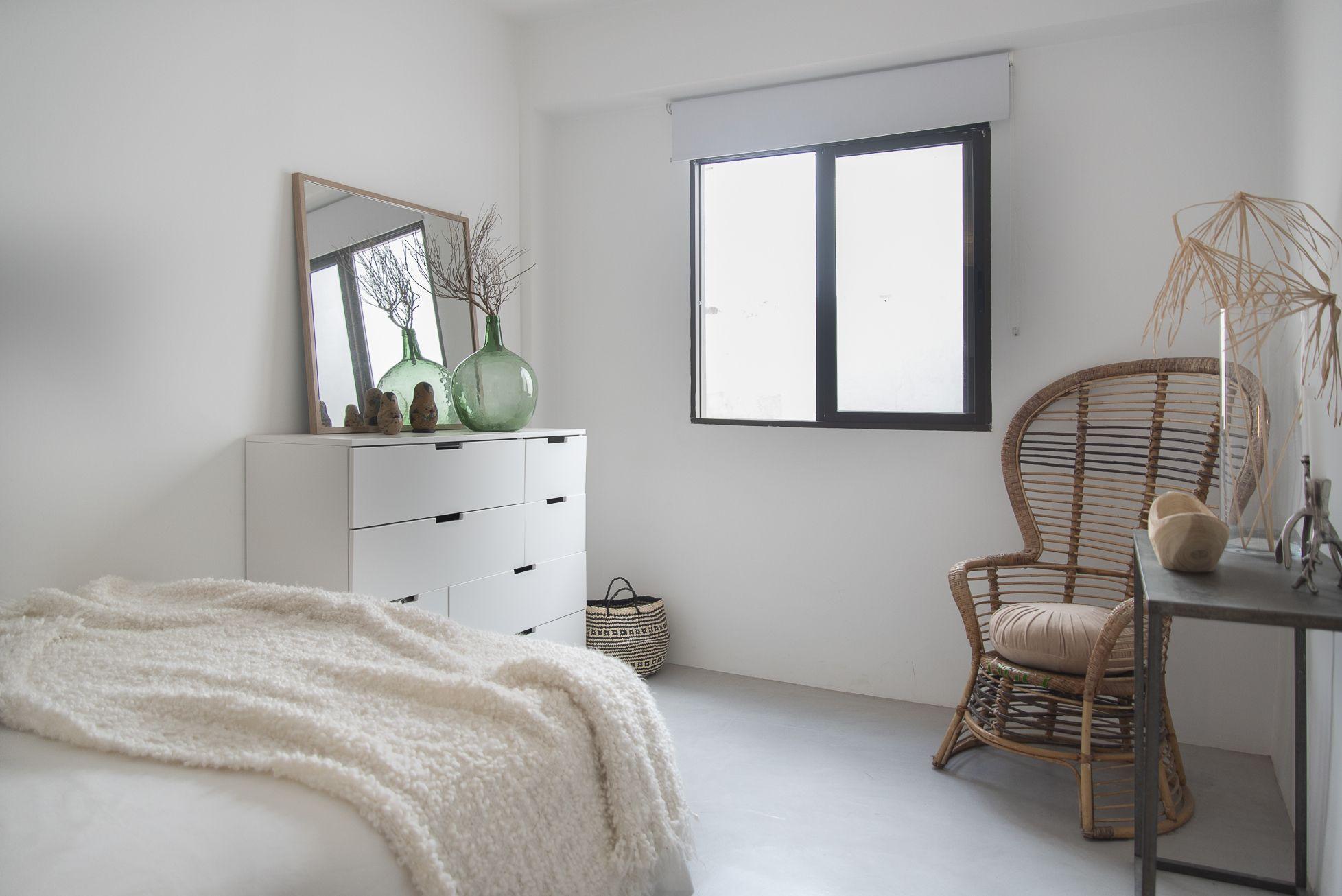 Doctor Guigou - Hotel Mencey - Habitación 2 con cama doble, cómoda y ventana llena de luz