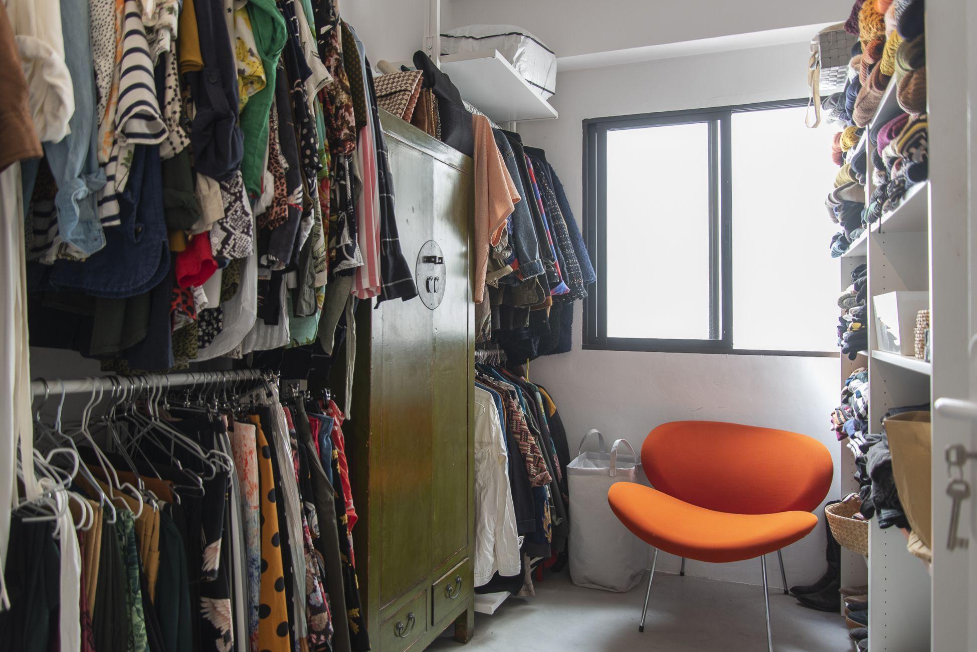 Doctor Guigou - Hotel Mencey - Vestidor con cómoda de madera y silla de diseño