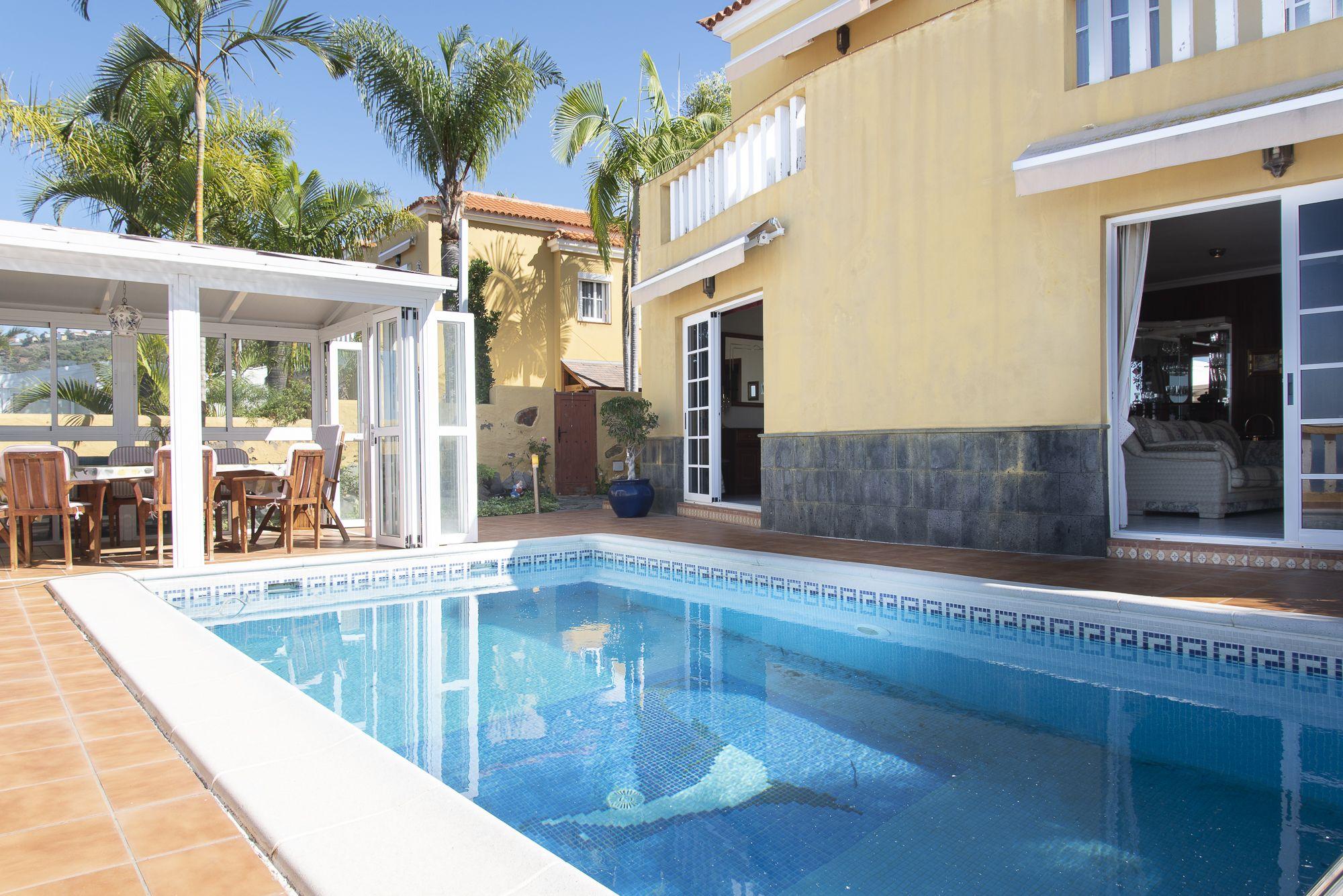 Comedor de verano y piscina. El Sauzal - El Puertito