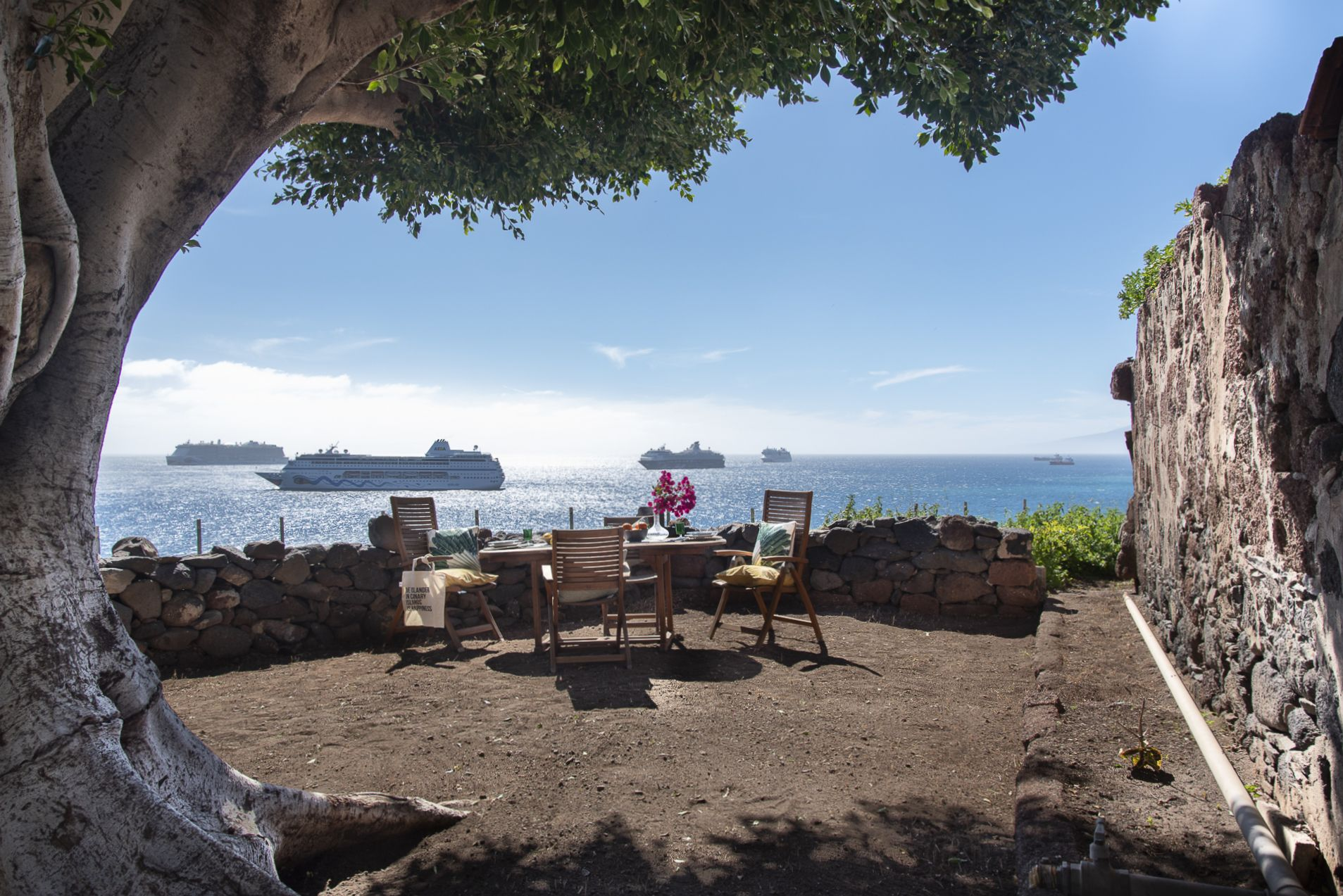 La Casa del Laurel - Comedor de verano y vistas de barcos