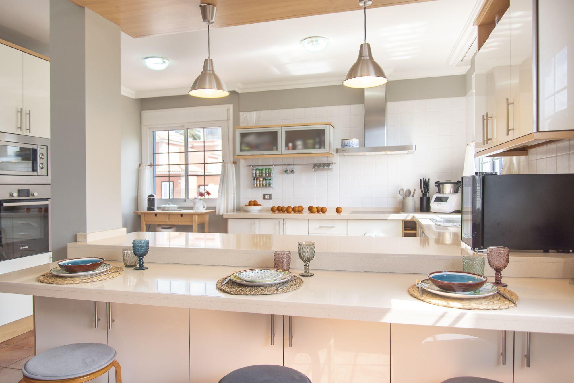 La Casa Azul - Tegueste. Cocina y vista de barra americana