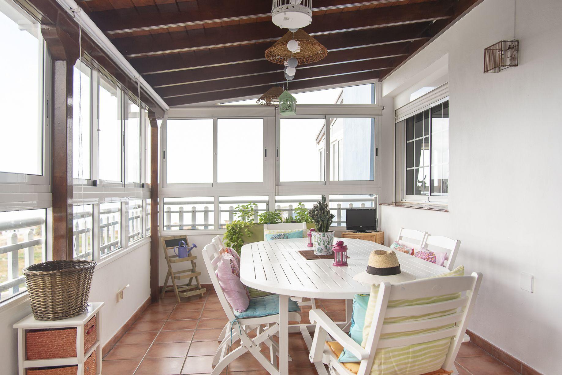 La Casa Azul - Tegueste. Comedor de verano con vistas al mar y la piscina