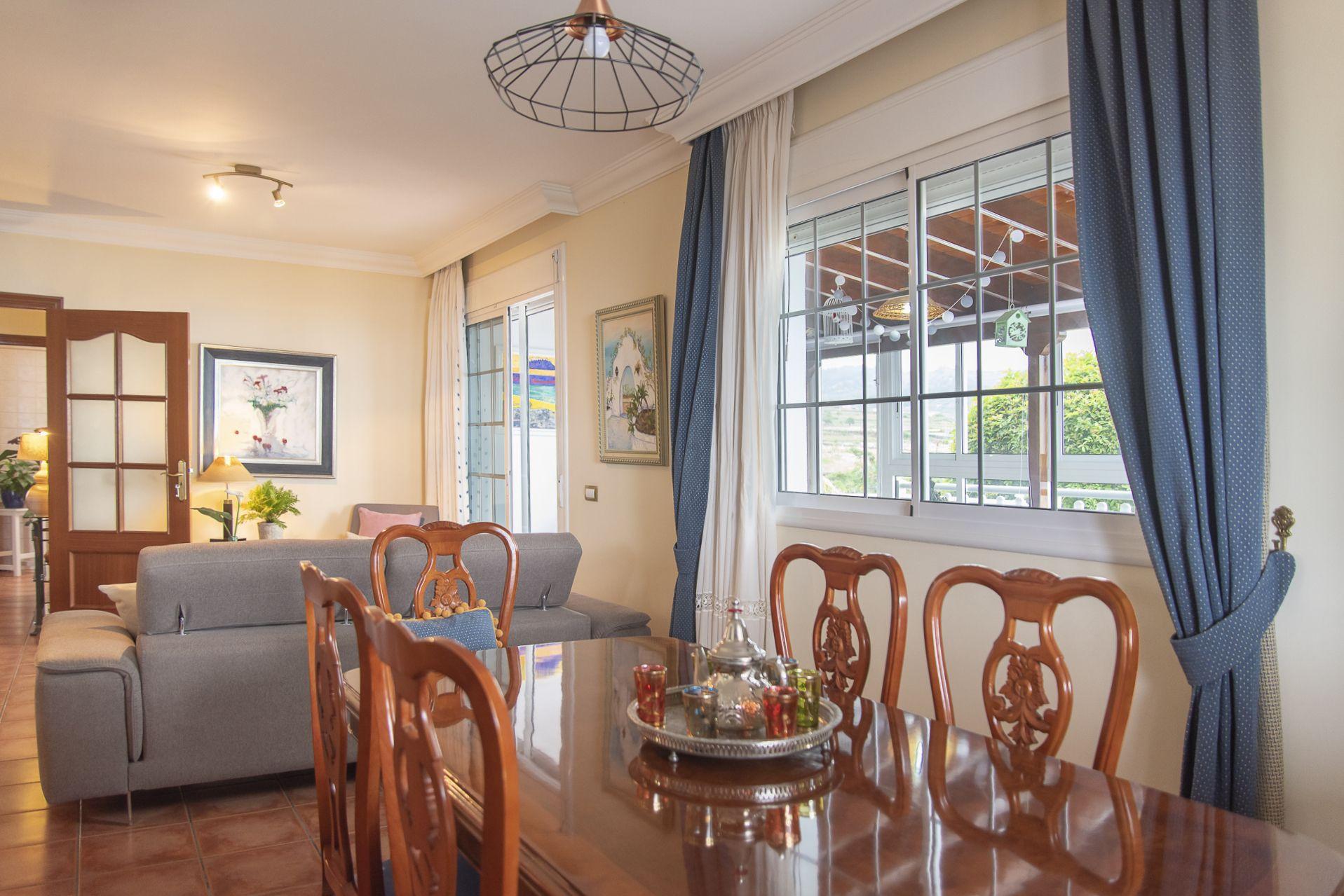 La Casa Azul - Tegueste. Comedor con vistas al salón